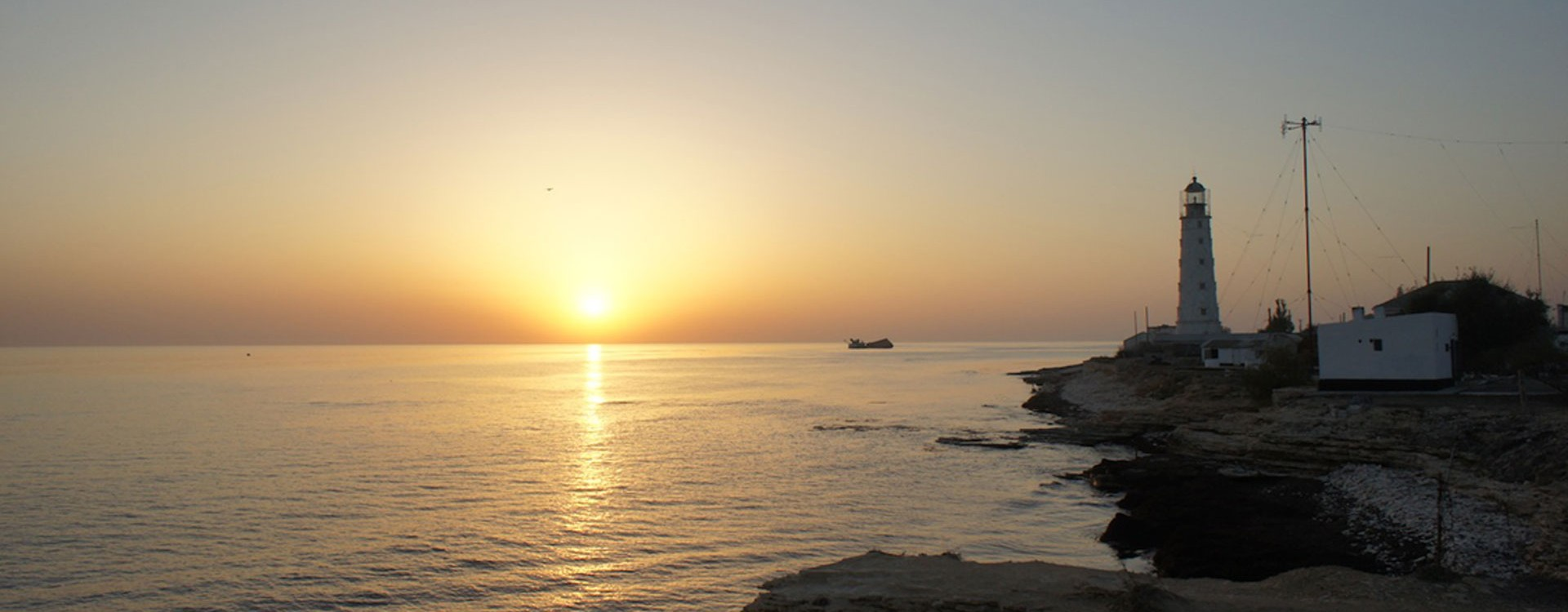 Маяк на закате солнца в оленевке